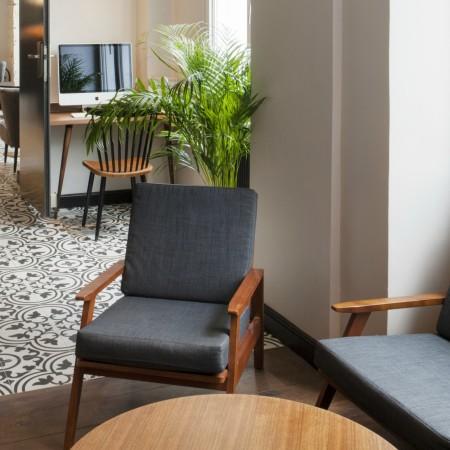 LEEM Wonen hotel in Parijs Andre Latin desk