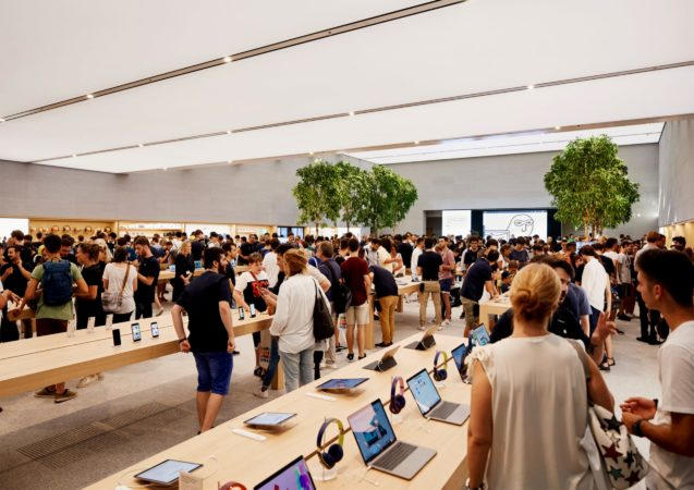 LEEM WONEN Apple Piazza Liberty store