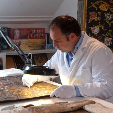 LEEM WONEN Goudleer-atelier Van Soest at work